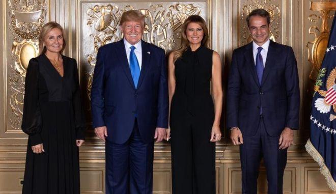 Μητσοτάκης- Τραμπ ποζάρουν μετά συζύγων στη δεξίωση του προέδρου των ΗΠΑ