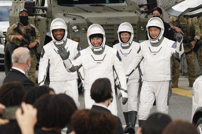 Οι αστροναύτες που συμμετείχαν στην εκτόξευση του επανδρωμένου σκάφους Crew-1 Dragon «Resilience»