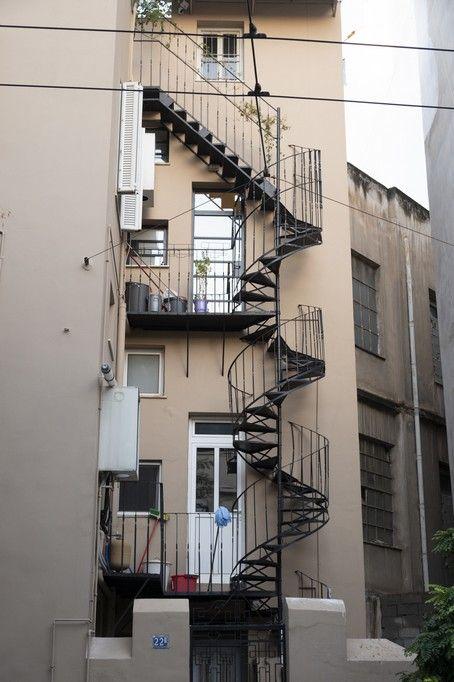 H σκάλα όπως φαίνεται έξω από την οικία Ινδαρέ. Οι αστυνομικοί που βρίσκονταν από κάτω είχαν πλήρη αίσθηση του τι γινόταν.