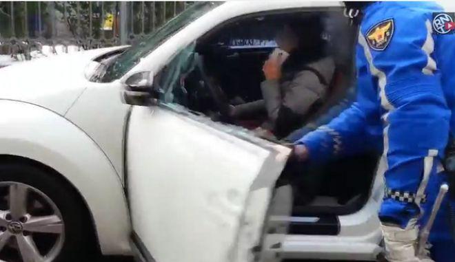 Βίντεο: Οδηγός καταστρέφει το αυτοκίνητό της, προσπαθώντας να διαφύγει