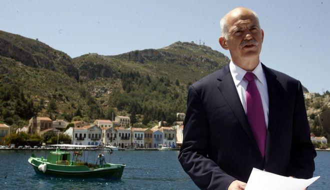 Στιγμιότυπο από την επίσκεψη του Πρωθυπουργού Γιώργου Παπανδρέου στο Καστελόριζο, Παρασκευή 23 Απριλίου 2010. Στη φωτογραφία ο Πρωθυπουργός με την Υπουργό Οικονομίας, Ανταγωνιστικότητας και Ναυτιλίας, Λούκα Κατσέλη. (EUROKINISSI // ΤΑΤΙΑΝΑ ΜΠΟΛΑΡΗ)
