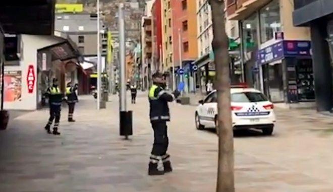 Κορονοϊός στην Ανδόρα: Η αστυνομία χορεύει το baby shark για να ευχαριστήσει όσους μένουν σπίτι