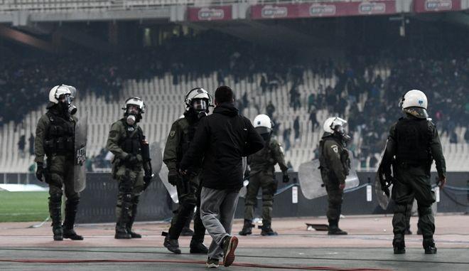 Άνδρες των ΜΑΤ στο ΟΑΚΑ κατά τα επεισόδια στον αγώνα ΠΑΟ-ΟΣΦΠ