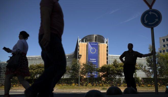 Ευρωπαίοι μπροστά στο κτήριο της ΕΕ