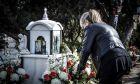 Φίλοι, συγγενείς και θαυμαστές στο σημείο της λεωφόρου Βουλιαγμένης όπου έχασε τη ζωή του ο τραγουδιστής Παντελής Παντελίδης