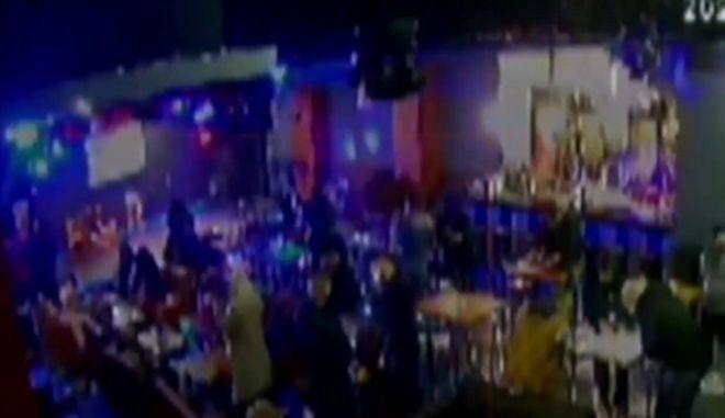 """Η στιγμή που οι ελεγκτές """"μπουκάρουν"""" στο νυχτερινό κέντρο της Αθήνας που λειτουργούσε παρά το lockdown"""