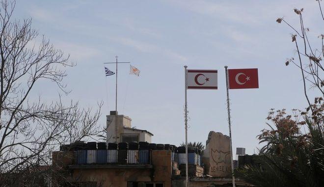 Σημαίες της Κύπρου, της Ελλάδας, της Τουρκίας και των Τουρκοκυπρίων στη Λευκωσία