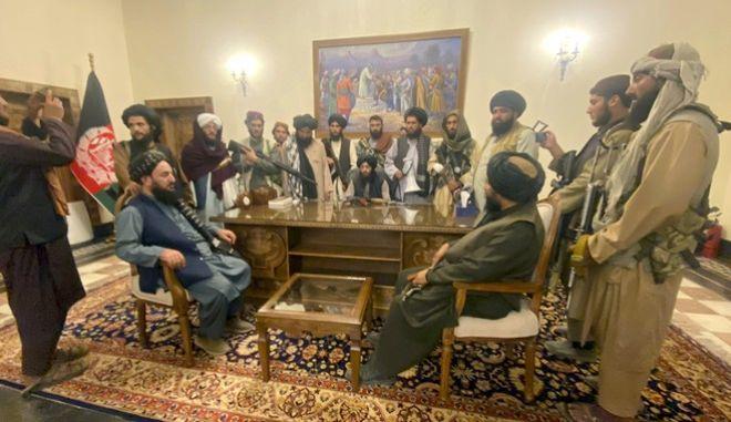 Στελέχη των Ταλιμπάν μέσα στο προεδρικό μέγαρο
