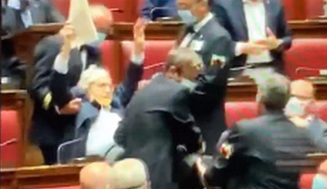 Η στιγμή που βγάζουν σηκωτό τον Ιταλό βουλευτή