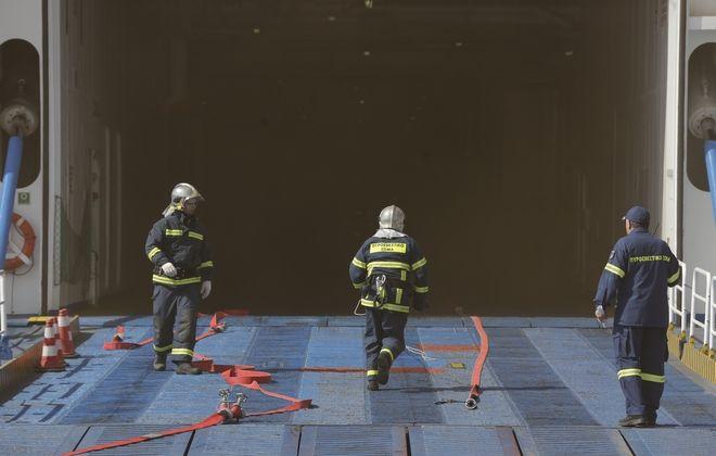 Άσκηση της πυροσβεστικής υπηρεσίας στο λιμάνι του Πειραιά για την αντιμετώπιση πυρκαγιάς σε πλοίο με την ονομασία