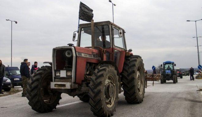 Αγρότες των περιοχών Τυρνάβου και Αργυροπουλίου συγκεντρώθηκαν στον κόμβο Αργυροπουλίου (εθνική οδός Λαρίσας-Κοζάνης) την Δευτέρα 23 Ιανουαρίου 2017, ενόψει της έναρξης των κινητοποιήσεων την Πέμπτη. Θα αποκλείουν συμβολικά το δρόμο μέχρι την Πέμπτη όταν και θα μεταβούν μαζί με τους υπόλοιπους στον κόμβο της Νίκαιας (Ε.Ο. Αθηνών - Θεσ/νίκης). (EUROKINISSI/ΜΙΧΑΛΗΣ ΜΠΑΤΖΙΟΛΑΣ)