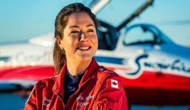 Η πιλότος Τζένιφερ Κέισι έχασε τη ζωή της όταν το αεροσκάφος της έπιασε φωτιά και και συνετρίβη πάνω σε σπίτι. Το αεροσκάφος συμμετείχε σε επιδείξεις - φόρο τιμής στους επαγγελματίες υγείας.