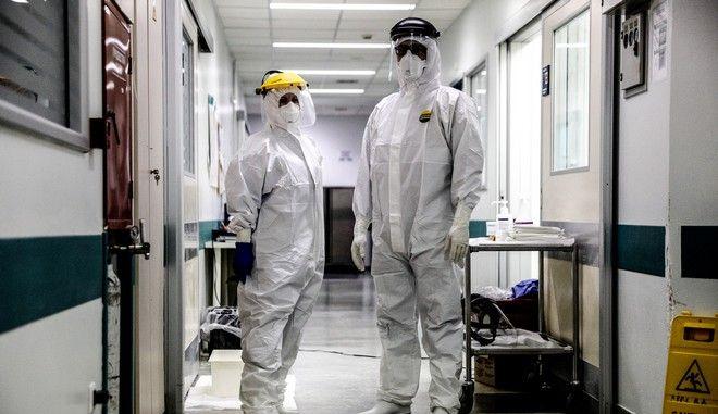 Προετοιμασία νοσηλευτικού προσωπικού στο Αττική Νοσοκομείο για είσοδο στη μονάδα Εντατικής για την Covid-19