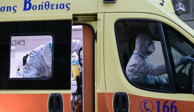 Επιχείρηση μεταφοράς ηλικιωμένων που διαγνώστηκαν θετικοί στον νέο κορονοϊό σε νοσοκομεία αναφοράς covid-19, από Μονάδα Φιλοξενίας Ηλικιωμένων στον Άγιο Παντελεήμονα, όπου εντοπίστηκαν 32 κρούσματα, την Πέμπτη 1 Οκτωβρίου 2020. (EUROKINISSI/ΤΑΤΙΑΝΑ ΜΠΟΛΑΡΗ)