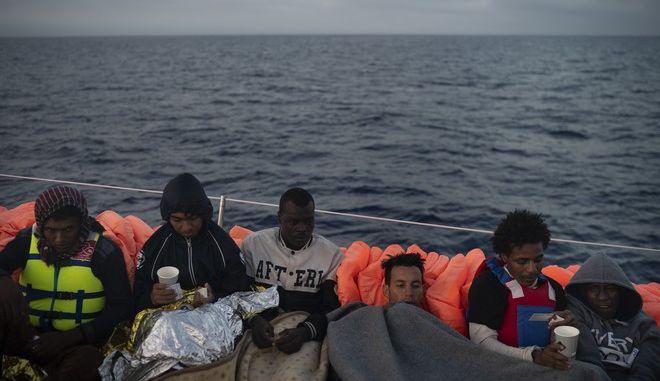 """Αναζητείται πολιτική λύση για 442 """"απελπισμένους της θάλασσας"""""""