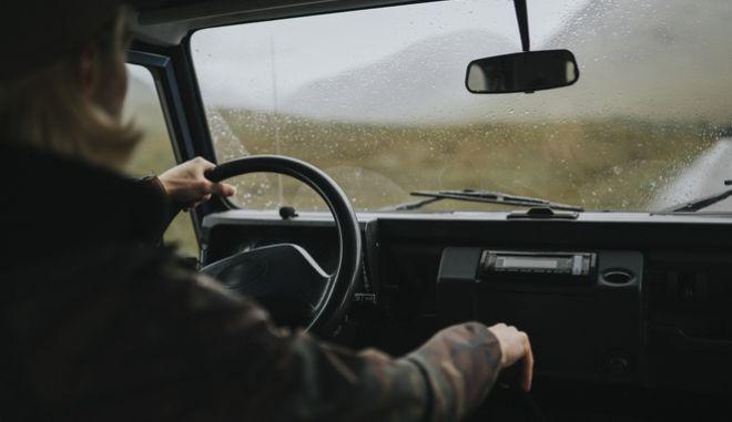Πρέπει  οι ηλικιωμένοι να διευκολύνονται για να ζουν καλύτερα, όχι για να οδηγούν στους ήδη επικίνδυνους ελληνικούς δρόμους.