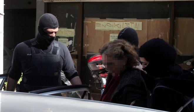 Η μητέρα και η σύντροφος του προφυλακισμένου μέλους της Συνωμοσίας των Πυρήνων της Φωτιάς, Γεράσιμου Τσάκαλου στα δικαστήρια του Πειραιά την Τρίτη 3 Μαρτίου 2015. Η 60χρονη και η 26χρονη, που συνελήφθησαν λίγες ώρες μετά την καταζητούμενη Αγγελική Σπυροπούλου, κατηγορούνται για υπόθαλψη εγκληματία.  Στο σπίτι τους στα Περιστέρια Σαλαμίνας βρέθηκε και συνελήφθη τη Δευτέρα η 22χρονη Σπυροπούλου, που καταζητούνταν ως συνεργός του Χριστόδουλου Ξηρού.  (EUROKINISSI/ΑΛΕΞΑΝΔΡΟΣ ΖΩΝΤΑΝΟΣ)