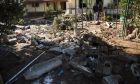 Μάνδρα - Συνεχίζουν οι κάτοικοι για δέκατη ημέρα σήμερα, 24 Νοεμβρίου 2017, τις προσπάθειες καθαρισμού και επισκευής των σπιτιών και καταστημάτων τους, ενώ εθελοντές τους παρέχουν τρόφιμα και ρουχισμό. (ΦΩΤΟΓΡΑΦΙΕΣ ΑΠΟ ΤΙΣ 22/11 EUROKINISSI / ΒΑΣΙΛΗΣ ΡΟΥΓΓΟΣ)