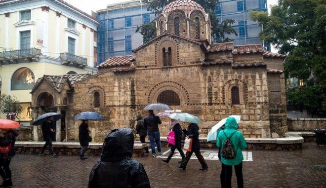 Βροχερή μέρα στο κέντρο της Αθήνας