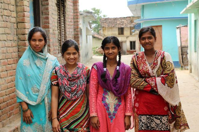 Η Salma (δεξιά) μαζί με τις φίλες της από την ομάδα κοριτσιών