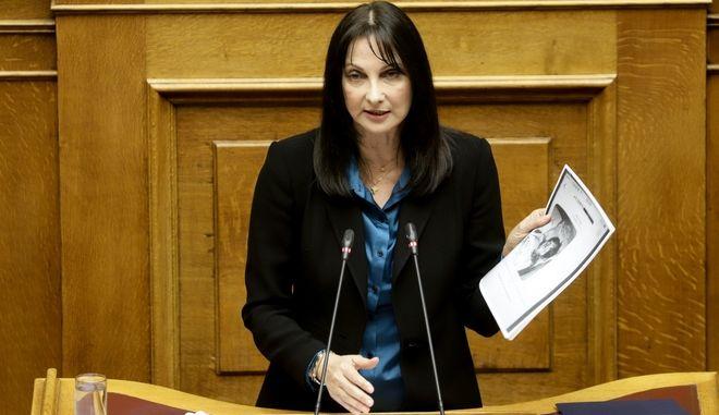 Η Έλενα Κουντουρά στο βήμα της Βουλής