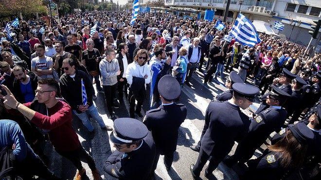 Κόσμος συγκεντρωμένος μετά το τέλος της στρατιωτικής παρέλασης