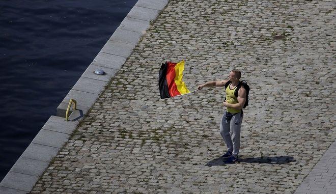 Υποστηρικτής του AfD κρατά τη γερμανική σημαία