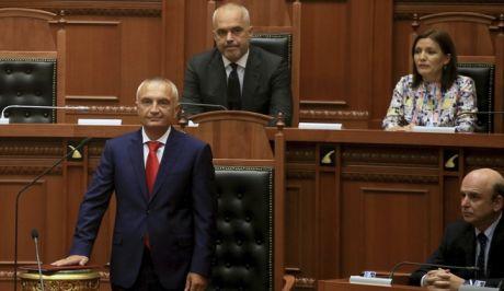 Ο Πρόεδρος της Αλβανίας, Ιλίρ Μέτα, ορκίζεται ενώπιον του πρωθυπουργού, Έντι Ράμα, 24 Ιουλίου 2017