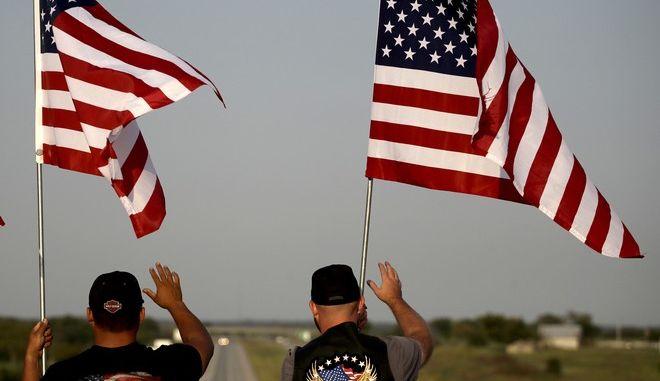 Πολίτες των ΗΠΑ με σημαίες της χώρας
