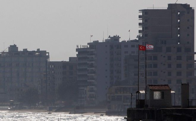 Τουρκική και τουρκοκυπριακή σημαία στην πόλη-φάντασμα, την Αμμόχωστο