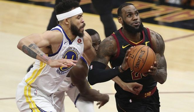 O LeBron James των Cleveland Cavaliers εναντίον του JaVale McGee των Golden State Warriors