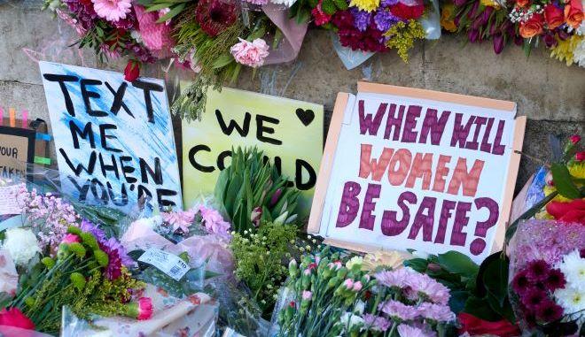 Επιγραφές για την δολοφονία γυναίκας στο Ηνωμένο Βασίλειο