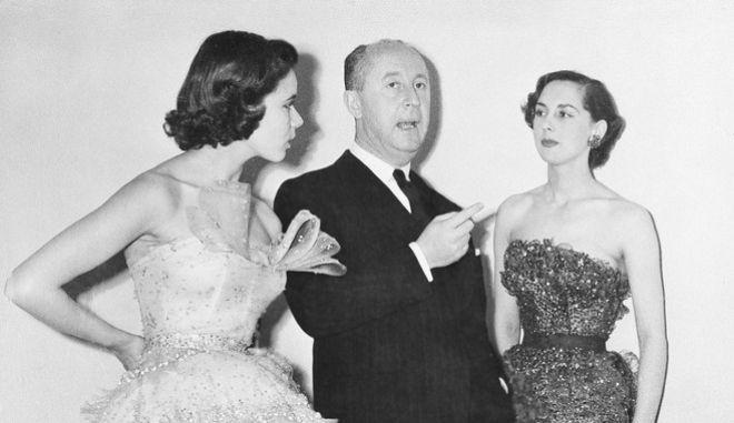 Ο Κριστιάν Ντιόρ με δυο μοντέλα του σε επίδειξη μόδας το 1950 στο ξενοδοχείο Savoy του Λονδίνου.