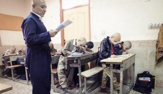 Ο φαλακρός ήρωας του Ιράν: Ο δάσκαλος που ξύρισε το κεφάλι του για να συμπαρασταθεί σε μαθητή του που τον πείραζαν