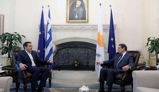 Στιγμιότυπο από τη συνάντηση του Αλέξη Τσίπρα με τον Νίκο Αναστασιάδη