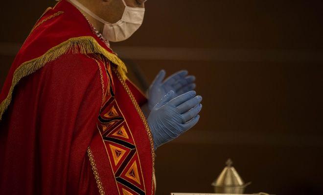 Ιταλός ιερέας με μάσκα και γάντια