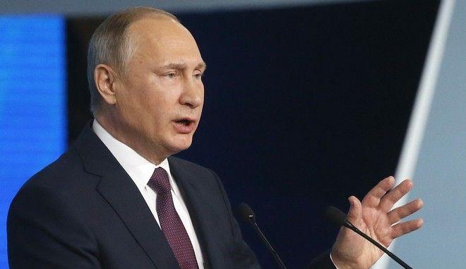 Μέτρα για τον επαναπατρισμό κεφαλαίων εισηγείται ο Πούτιν