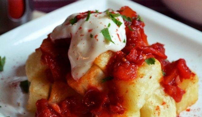 Την διαφορά στις Patatas Bravas κάνει η πεντανόστιμη πικάντικη σάλτσα και η σάλτσα αλιόλι.