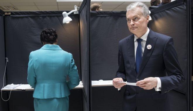 Ο οικονομολόγος Gitanas Nauseda, προεδρικός υποψήφιος, αφήνει ψηφοδέλτιο σε εκλογικό τμήμα