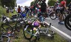 Απίστευτη καραμπόλα εξαιτίας θεατή που θέλησε να φωτογραφηθεί στο Tour de France