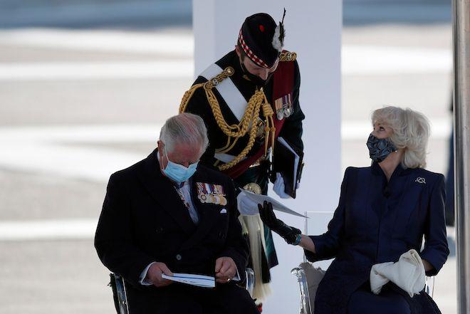 Ο πρίγκιπας Κάρολος και η σύζυγός του, Καμίλα, στη στρατιωτική παρέλαση για τον εορτασμό των 200 ετών από την ελληνική επανάσταση