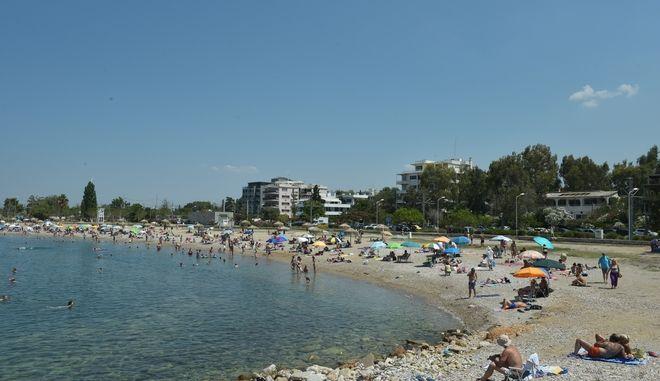 Η άνοδος της θερμοκρασίας οδήγησε τους κατοίκους της Αθήνας στις κοντινές παραλίες