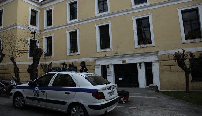 """Εκκένωση των δικαστηρίων στην οδό Ευελπίδων μετά από τηλεφώνημα αγνώστου για ρίψη ρουκέτας, το μεσημέρι της Δευτέρς 13 Φεβρουαρίου 2017. Ο άγνωστος τηλεφώνησε στο ΕΘΝΟΣ και είπε ότι είναι μέλος της τρομοκρατικής ομάδας """"Σέχτα Επαναστατών"""". Στην συνέχεια ανέφερε ότι θα ριφθεί ρουκέτα στα δικαστήρια της Ευελπίδων. Άνδρες του Τμήματος Εξουδετέρωσης Εκρηκτικών Μηχανισμών έσπευσαν στα δικαστήρια, ενώ ο χώρος αποκλείστηκε από την Αστυνομία. (EUROKINISSI/ΓΙΑΝΝΗΣ ΠΑΝΑΓΟΠΟΥΛΟΣ)"""