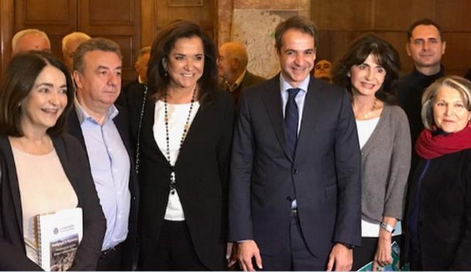 Χαμογελαστή η Ντόρα δίπλα στον Κυριάκο μετά τον αποκλεισμό από το...υπουργικό