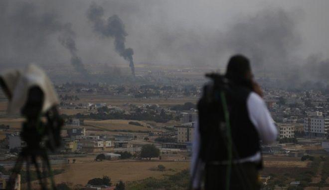 Στο βάθος η πόλη Ρας αλ Άιν στη Συρία κατά την επίθεση από την Τουρκία