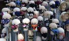 Υφασμάτινες μάσκες σε βιτρίνα καταστήματος στο Σαράγεβο