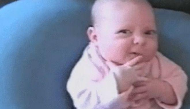 """#Τι_σκεφτεται_ενα_μωρο στο Twitter: """"Αν δεν κοιμηθώ εγώ δεν θα κοιμηθεί κανείς"""""""
