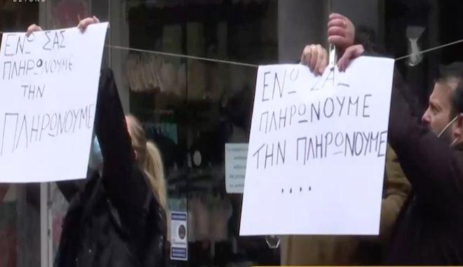 Θεσσαλονίκη και Πάτρα: Διαμαρτυρία εμπόρων - Ανεβασμένα ρολά, μαύρες σημαίες και κηδειόχαρτα