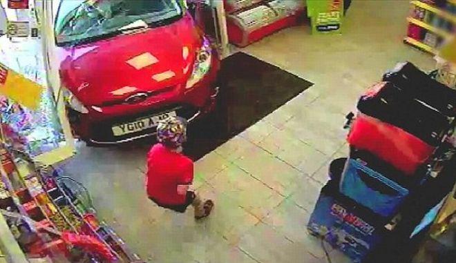 Βίντεο: Μεθυσμένη οδηγός εισβάλλει σε κατάστημα και πέφτει πάνω σ΄ένα παιδί