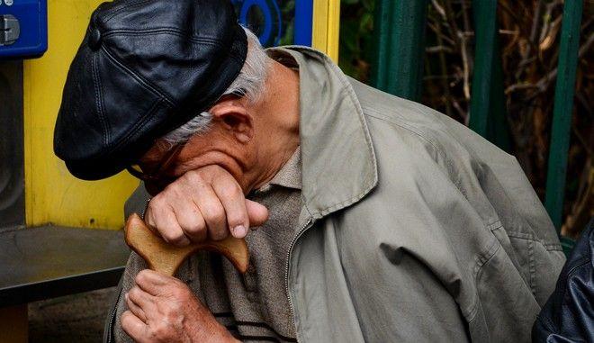 Συνταξιούχος σε συγκέντρωση διαμαρτυρίας
